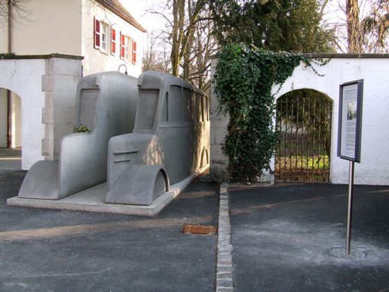 You are browsing images from the article: Das Denkmal der grauen Busse
